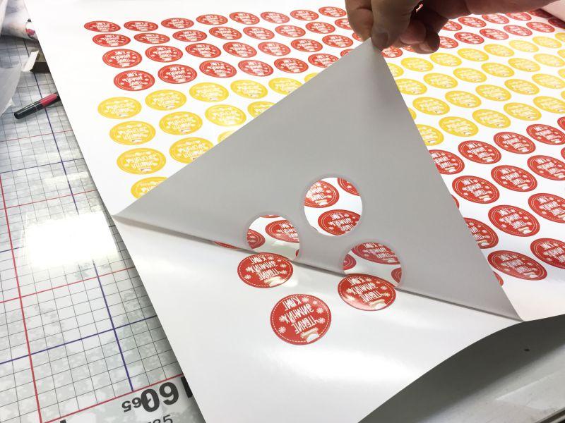 Печать наклеек на самоклеющейся пленке